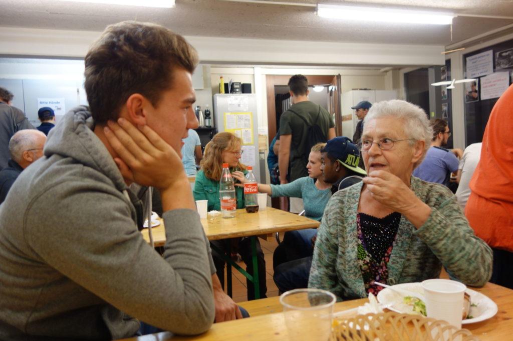 Gemeinsame Gespräche zwischen Jugendlichen und Randständigen