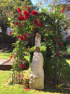 Marienfigur im Pfarrhausgarten von Küsnacht