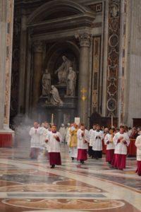 Feierlicher Einzug in den Petersdom