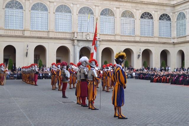 Vereidigung im Innenhof des Papstpalastes