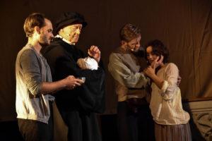 Berührende Szene bei der Taufe des sterbenden Kindes vom Theater Kulisse Küsnacht