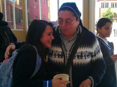 Sr. Veronica und eine Jugendliche