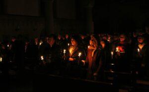 Einzug in die dunkle Kirche