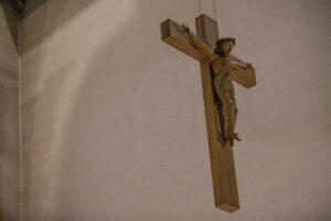 Das ungeschmückte Kreuz der Kirche St. Georg Küsnacht