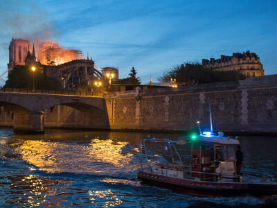 Blick über die Seine auf den Brand der Kathedrale Notre-Dame. | © KNA