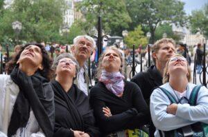 Mitglieder des Kirchenchors bewundern die Fassade von Notre Dame