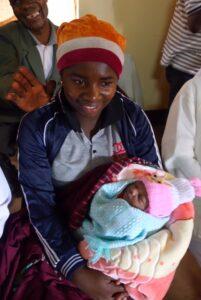 Mutter und Kind im Wartezimmer des Spitals Uwemba Hilfsprojekt Küsnacht