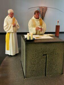 Matthias Westermann und Pfarrer Karl Wolf bei der Gabenbereitung