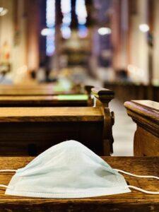 Die Maske in der Kirche