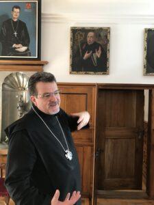 Abt Christian Meyer führt durch das Kloster Engelberg