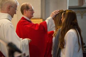 Der Bischof schenkt einer Firmandin die Firmung