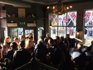 Das Ensemble im typisch englischen Pub